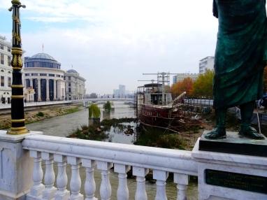 Des statues, et des faux vieux bateau en béton...