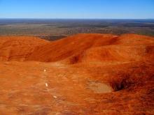 Australie - Des pointillés en guise de chemin tracent la voix sur ce caillou monolithe