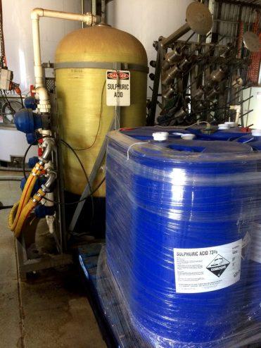 De l'acide sulfurique est aussi utilisé pour augmenter l'acidité des vins blancs trop sucrés...